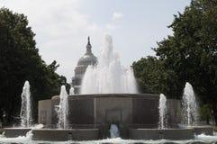 La fontaine de sénat et le bâtiment capitale des Etats-Unis images libres de droits