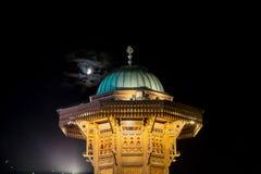 La fontaine de Sabilj et la lune à l'ija de ¡ d'arÅ de  du ¡ Ä de BaÅ ajustent Photographie stock libre de droits