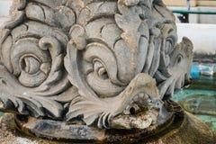 La fontaine en forme de poissons de la place d'église dans Castroreale, Sicile image libre de droits