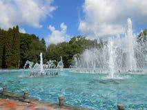 La fontaine en parc avec éclabousse image stock