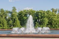 La fontaine en parc et beaucoup de tuyaux sur a Image stock