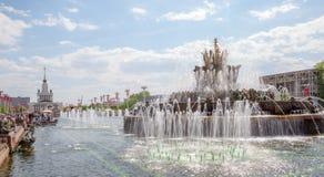 La fontaine en pierre de fleur Image libre de droits