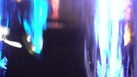 La fontaine légère, éclaboussement coloré se laisse tomber pendant la nuit clips vidéos