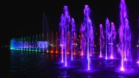 La fontaine lumineuse la nuit clips vidéos