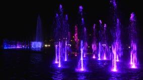La fontaine lumineuse la nuit banque de vidéos