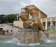 La fontaine moderne du Trocadero La sculpture Images libres de droits