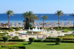 La fontaine près de la plage à l'hôtel de luxe Photos libres de droits
