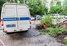 La fontaine russe de véhicule de police et de localisateur d'explosion se trouve dessus Photographie stock libre de droits