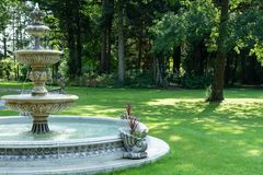 La fontaine sous forme de cascade avec des sculptures d'un lion en parc photos libres de droits