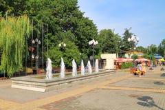 La fontaine sur des places, un paysage de ville d'été dans la ville de Svetlogorsk Images stock