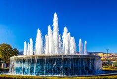 La fontaine voyage en jet contre le ciel bleu Image libre de droits