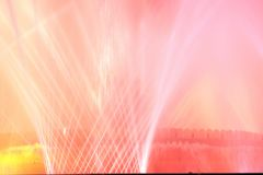 La fontana bianca e rossa alla notte fotografia stock libera da diritti