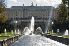La fontana centrale nel parco famoso, Peterhof in Russia immagine stock libera da diritti