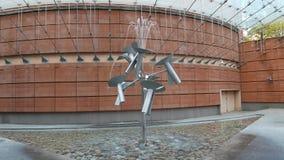 La fontana dell'acqua fiorisce nel movimento perenne creato dall'artista giapponese Susumu Shingu stock footage
