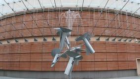 La fontana dell'acqua fiorisce nel movimento perenne creato dall'artista giapponese Susumu Shingu archivi video