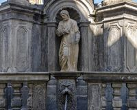 La fontana della pietra della parte del primo piano che circonda una colonna di peste in Cesky Krumlov ha eretto nei 1570's fotografie stock libere da diritti