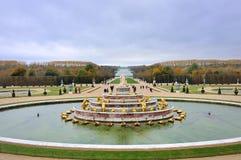 La fontana di Latona ed il Parterre del palazzo di Versailles Château de Versailles a Parigi fotografia stock libera da diritti