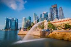 La fontana di Merlion e l'orizzonte di Singapore Immagine Stock Libera da Diritti