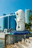 La fontana di Merlion e Marina Bay Sands, Singapore. Immagine Stock