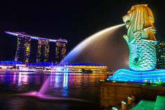 La fontana di Merlion e Marina Bay Sands, Singapore. Immagine Stock