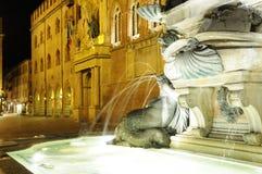 La fontana di Nettuno a Bologna di notte, Bologna, Italia immagini stock
