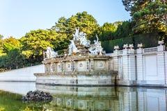 La fontana di Nettuno nel parco del palazzo di Schonbrunn, Vienna fotografia stock