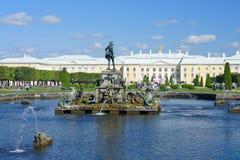 La fontana di Nettuno in Peterhof Fotografia Stock
