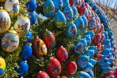 la fontana di pasqua con le uova ed il pollo obiettano la decorazione immagine stock libera da diritti