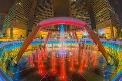 La fontana di ricchezza con Suntec si eleva al crepuscolo Fotografie Stock