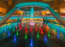 La fontana di ricchezza con Suntec si eleva al crepuscolo Fotografia Stock Libera da Diritti