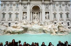 La fontana di Trevi ed i turisti Fotografia Stock