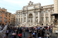 I turisti si avvicinano a Fontana di Trevi, Roma, Italia Fotografie Stock