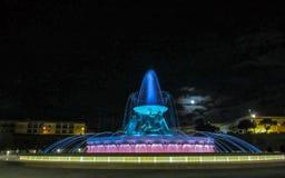 La fontana di Tritone situata sulla periferia del portone della città di La Valletta alla notte, Malta, Europa fotografia stock
