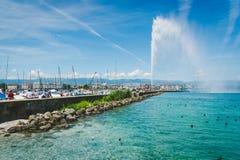 La fontana e Ginevra del ` UCE del getto d harbour sul lago Leman Fotografia Stock