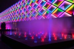 La fontana e la costruzione di musica hanno condotto la parete esterna fotografie stock libere da diritti