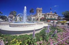 La fontana ed i fiori alla balboa parcheggiano i giardini, San Diego, la California Fotografia Stock