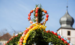 La fontana ha decorato le uova di Pasqua/uova di Pasqua decorate buone Immagine Stock