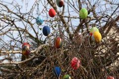 La fontana ha decorato le uova di Pasqua/uova di Pasqua decorate buone Fotografia Stock