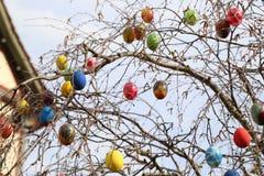 La fontana ha decorato le uova di Pasqua/uova di Pasqua decorate buone Fotografia Stock Libera da Diritti