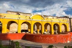 La fontana pubblica della lavanderia gialla incurva la vecchia citt? Antigua Guatemala dell'architettura coloniale spagnola di st immagine stock