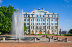 La fontana vicino all'edificio scolastico navale di Nakhimov Immagini Stock Libere da Diritti