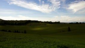 La fonte d'ombres par les nuages fonctionnent par les collines vertes des montagnes slovaques banque de vidéos