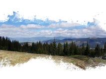 La forêt conifére dans les montagnes, sapins se tiennent dans une rangée, à l'arrière-plan qu'ils ont des montagnes et une chaîne Photo stock