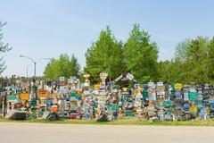 La forêt de signe au lac de watson Images stock