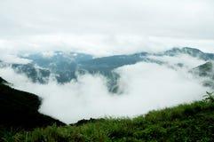La forêt tropicale de hautes montagnes avec des nuages passant dans l'Inde photographie stock libre de droits