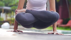 La force asiatique professionnelle de noyau d'ordre de yoga de pratique en matière de femme soulèvent la pose photos stock