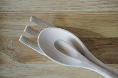 La forchetta di legno, il cucchiaio e poco cucchiaio su legno sorgono Fotografia Stock