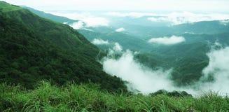 La foresta tropicale delle alte montagne con le nuvole che passano in India Immagini Stock