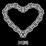 La forma bianca del cuore è fatta del centrino del pizzo isolato sul nero Fotografie Stock Libere da Diritti