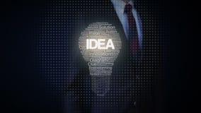 La forma conmovedora del hombre de negocios de la luz de bulbo y de los textos numerosos hace la luz de bulbo, mostrando el texto almacen de metraje de vídeo